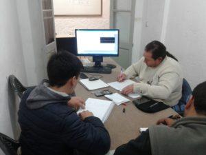 Alumnos curso de electrónica con un simulador de circuitos