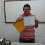 Roberto Goicoa con su diploma