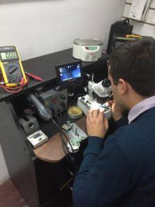 ReparaciÓn de celular con ayuda de cámara y microscopio.